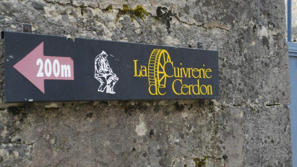 vue d'un panneau indiquant la direction à suivre pour atteindre la cuivrerie de Cerdon