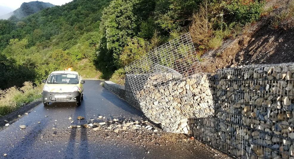 Bloc de pierre défoncé le mur en gabion bloquant la route de la montée du Grand Colombier 2.jpg