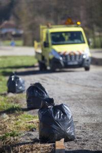 Ramassage des ordures sur la route par des agents du Conseil departemental de l'Ain.