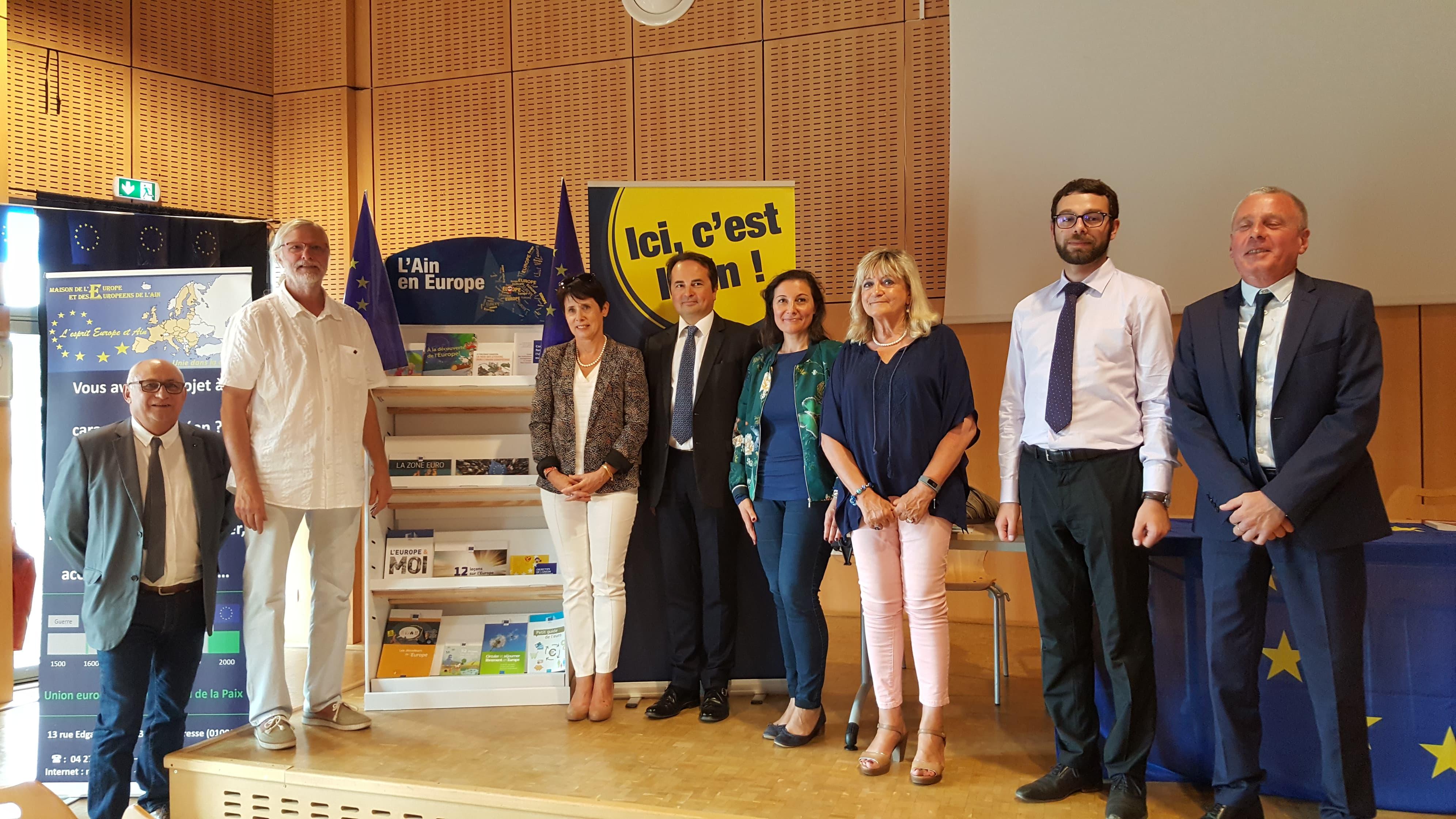 Inauguration Eurokiosque - Collège Victoire Daubié de Bourg-en-Bresse Kiosque à journaux européen, apprentissage de la citoyenneté Département de l'Ain, Union Européenne, Maison de l'Europe et des Européens de l'Ain