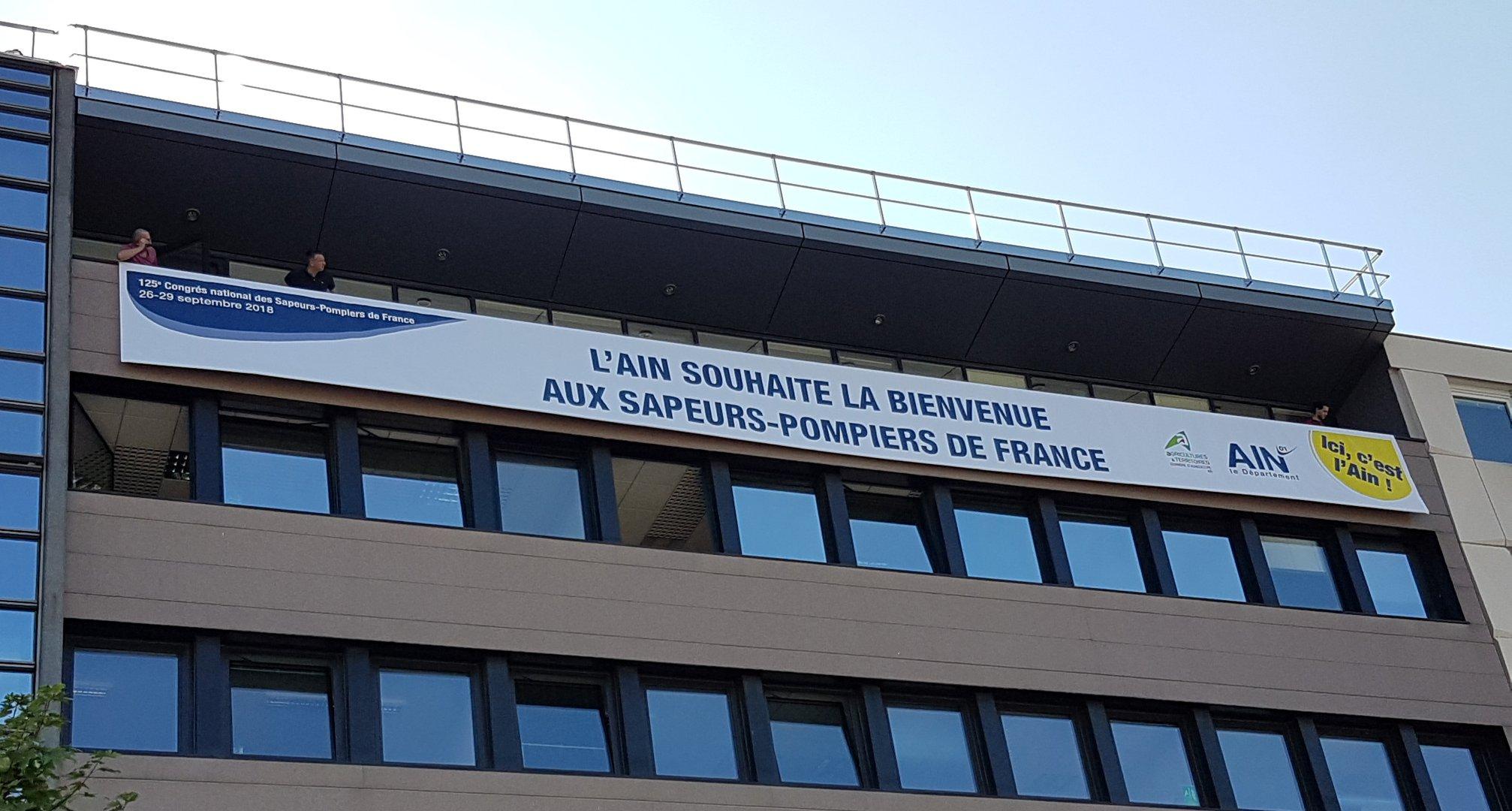 L'Ain souhaite la bienvenue aux sapeurs pompiers de France, 125e congrès national des sapeurs-pompiers de France Banderole blanche, maison de l'agriculture de l'Ain