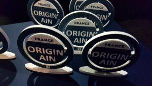 Une table avec plusieurs trophée représentant la marque Origin'Ain