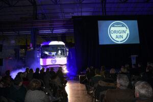 Une cabine de camion avance avec le logo Origin'Ain imprimé