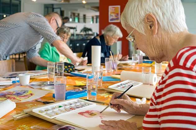 Atelier de groupe de seniors en train de peindre
