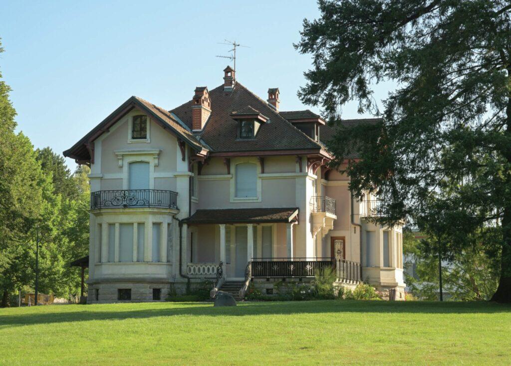 En 1900 le docteur Roland, médecin thermal, fait construire une villa qui lui servira d'habitation et de cabinet. Son style témoigne de la Belle époque. @J.F.Basset