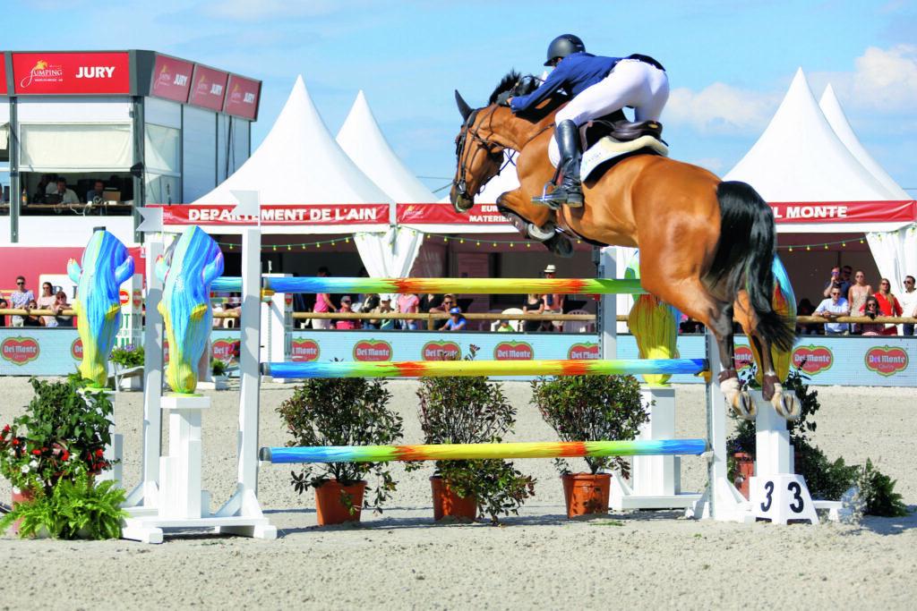Un cavalier franchi un obstacle lors du Jumping international de Bourg-en-Bresse – Ain
